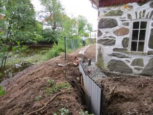 Miljösponten i jordvallen skyddar smedjan från vatten.